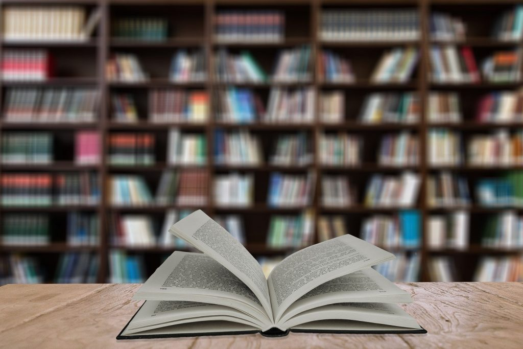 Libro en una biblioteca