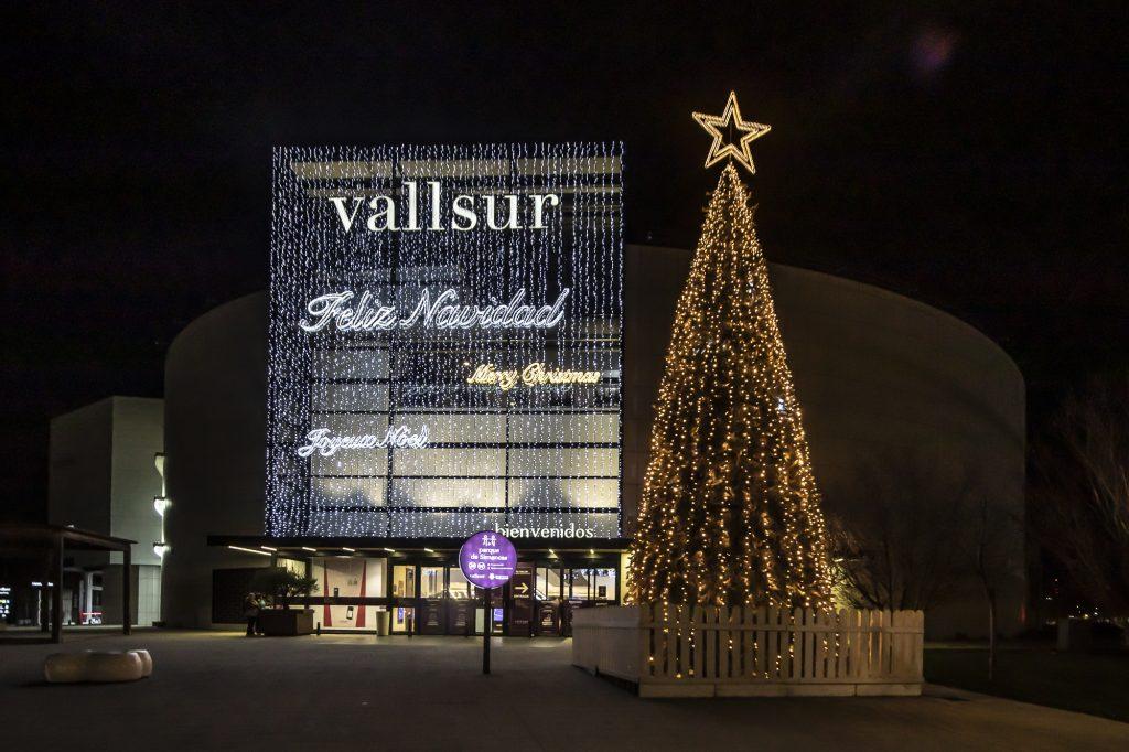 fachada iluminada de Vallsur