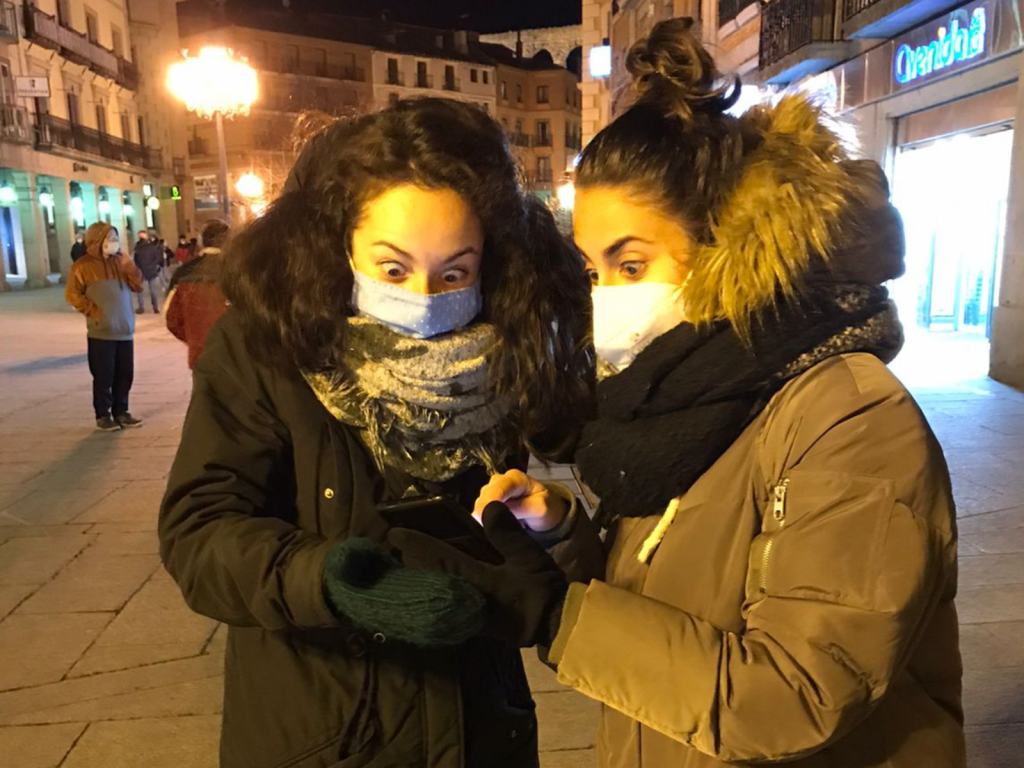 chicas jugando al street scape