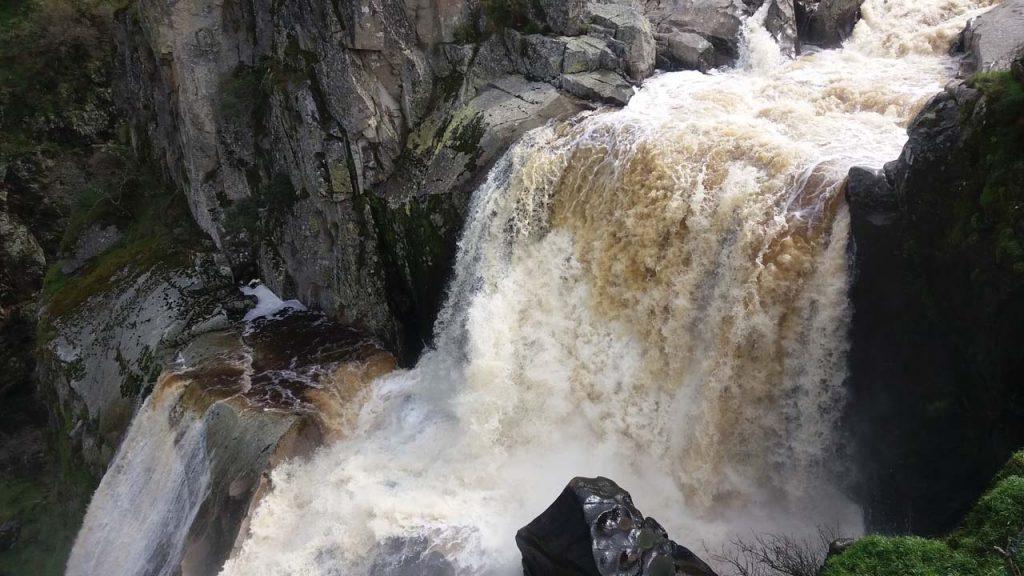 imagen de la espectacular cascada del pozo de los humos